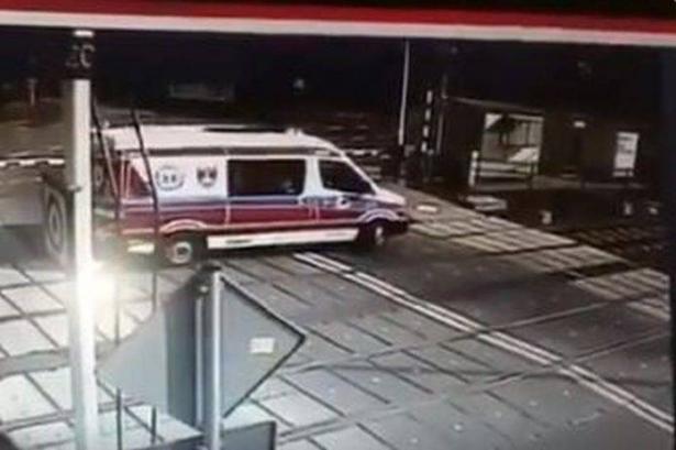 بالفيديو..قطار يسحق سيارة إسعاف اعترضت طريقه