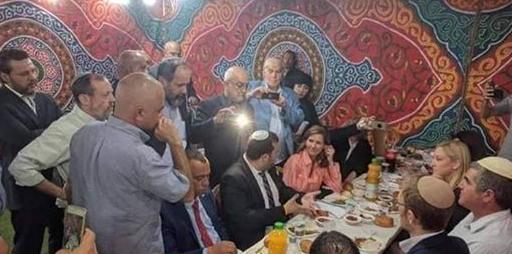 افطار مع مستوطنين في الخليل يثير غضبًا كبيرًا