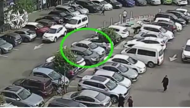 شاهد: شاب من طولكرم يقتحم سيارة للسرقة بكفار سابا وعراك مع صاحبة السيارة