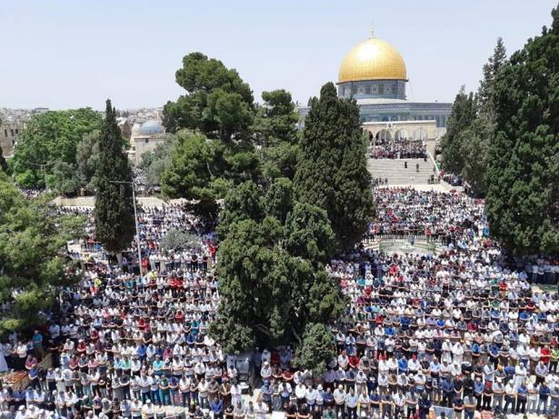 قرابة مائتي ألف أدوا صلاة الجمعة الثانية في المسجد الأقصى