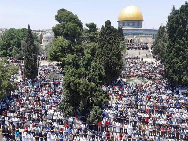 عشرات الآلاف يؤدون الجمعة الأخيرة من رمضان في المسجد الأقصى وافتتاح جميع ابوابه