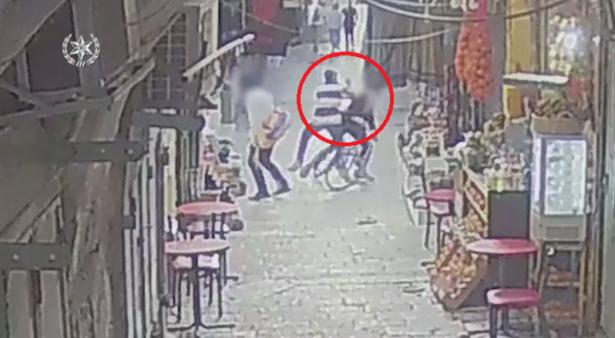 شاهد: توثيق لعملية الطعن في القدس والتي أسفرت عن اصابة شخص بصورة حرجة