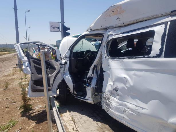حادث طرق بين حافلة وسيارة قرب سجن كيشون وتخليص عالقين