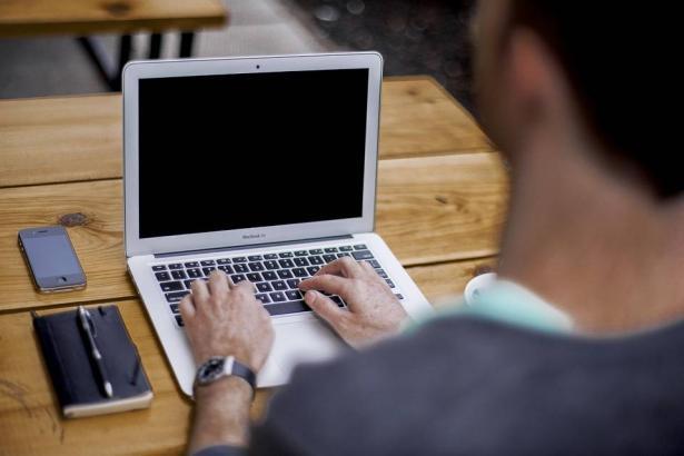 أخطاء شائعة تقصر من عمر حاسوبك المحمول