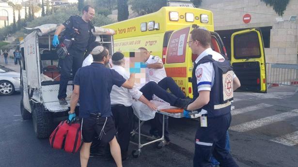 عمليتا طعن في القدس وإصابة شخصين أحدهما حالته خطيرة، الشرطة: منفذ الطعن من الضفة (19 عامًا)