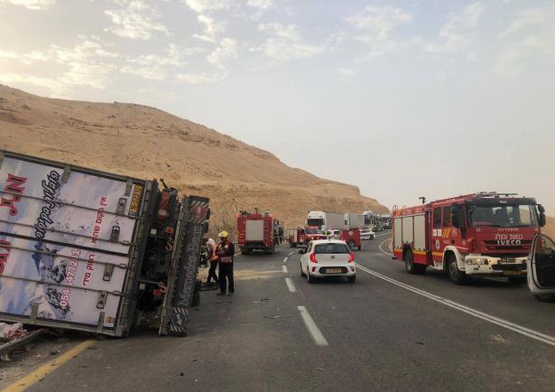 انقلاب شاحنة في مفرق العرابا وتعرض السائق لجراح خطرة