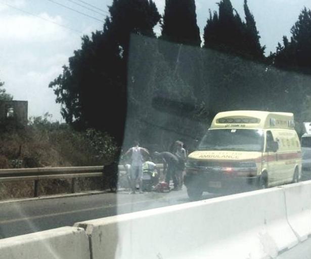 حادث طرق واصابة خطيرة لسائق دراجة كهربائية