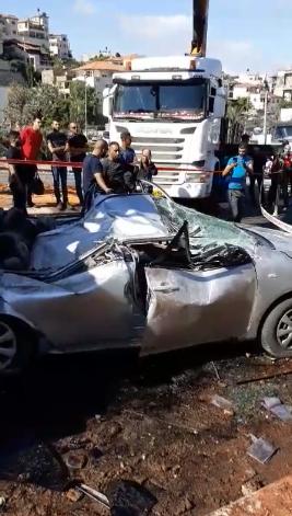 سقوط جرافة على سيارة في ام الفحم واصابة شخص بجراح خطيرة
