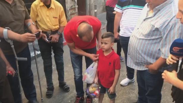 شاهد: الطفل ربيع عليان (5 سنوات) من القدس في طريقه للتحقيق بتهمة القاء حجر