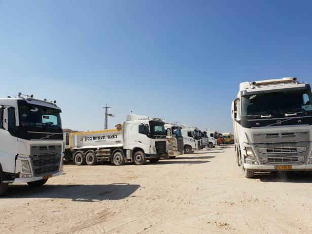 الشمس ترصد معاناة سائقي الشاحنات في معبر