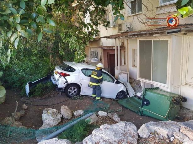اصطدام سيارة بمدخل بيت في حيفا