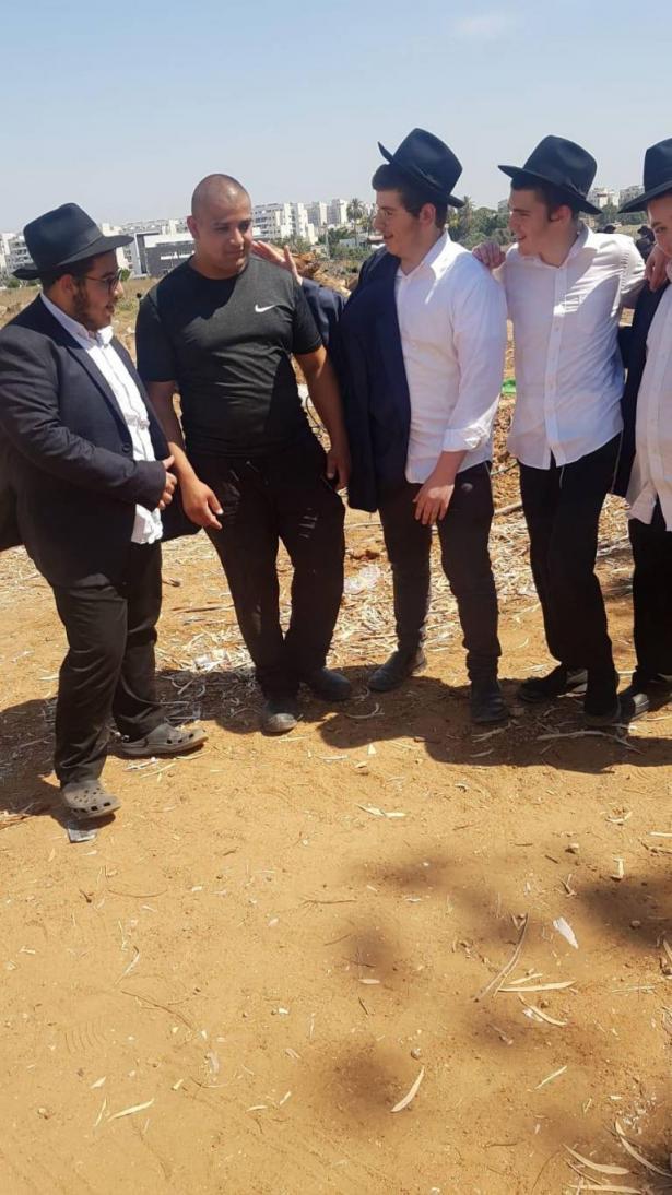 شاهد: متدينون يهود من اللد يتضامنون مع عائلة ابو كشك الذي يتهدد منازلها خطر الهدم