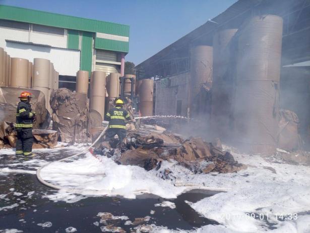 اندلاع حريق هائل في مصنع للورق في مدينة الخضيرة