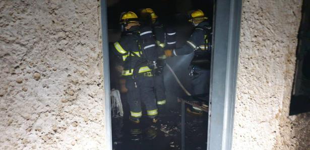 يركا: اندلاع حريق في مبنى وشبهات حول اضرام نار متعمّد