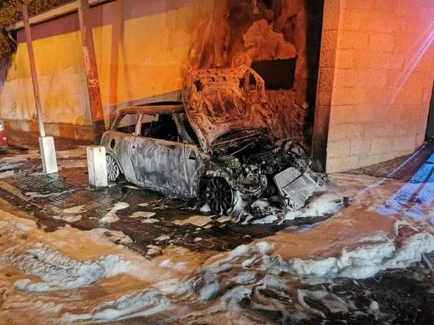 حريق يطال سيارات ودراجة نارية بشارع عباس في حيفا وتحقيق لمعرفة الأسباب
