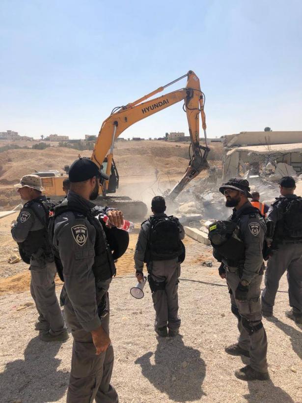 قوات من الشرطة تهدم منزل عبد العزيز النصاصرة من كسيفة بحجة البناء بدون ترخيص