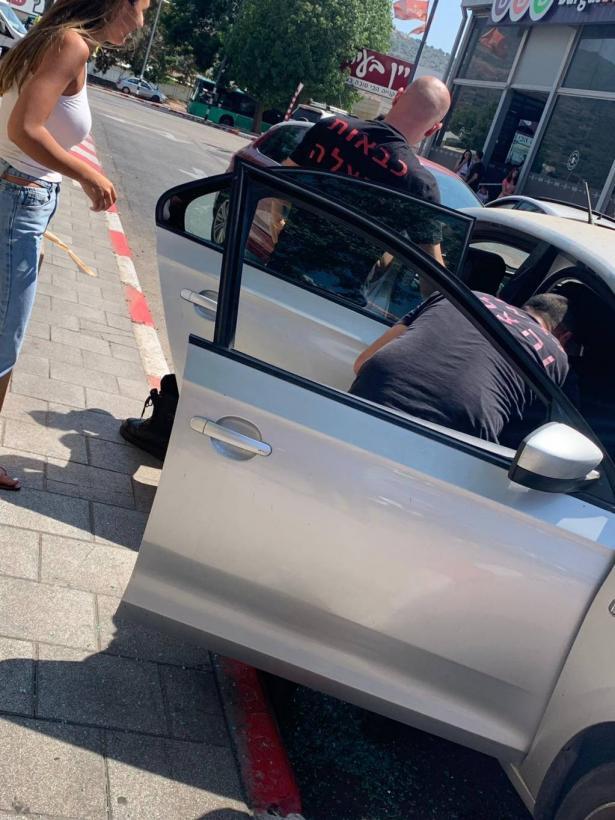 تخليص طفلة نسيتها والدتها داخل سيارة في كرميئيل
