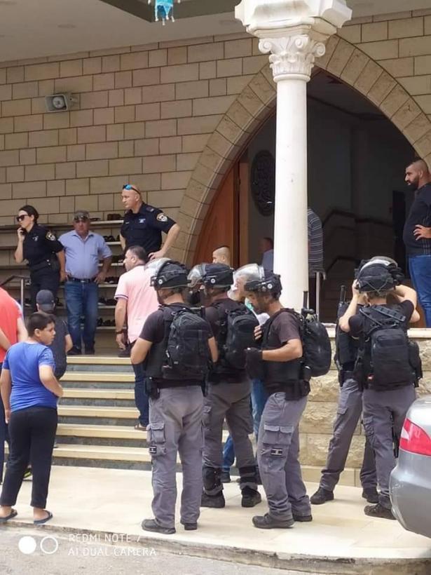 تواجد مكثف للشرطة امام مسجد ابو بكر في طرعان