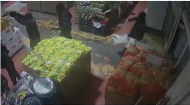 توثيق مريع: 7 ملثّمين من طمرة بسطو مسلّح في مركز الدوحة ويسرقون 140 ألف شيكل