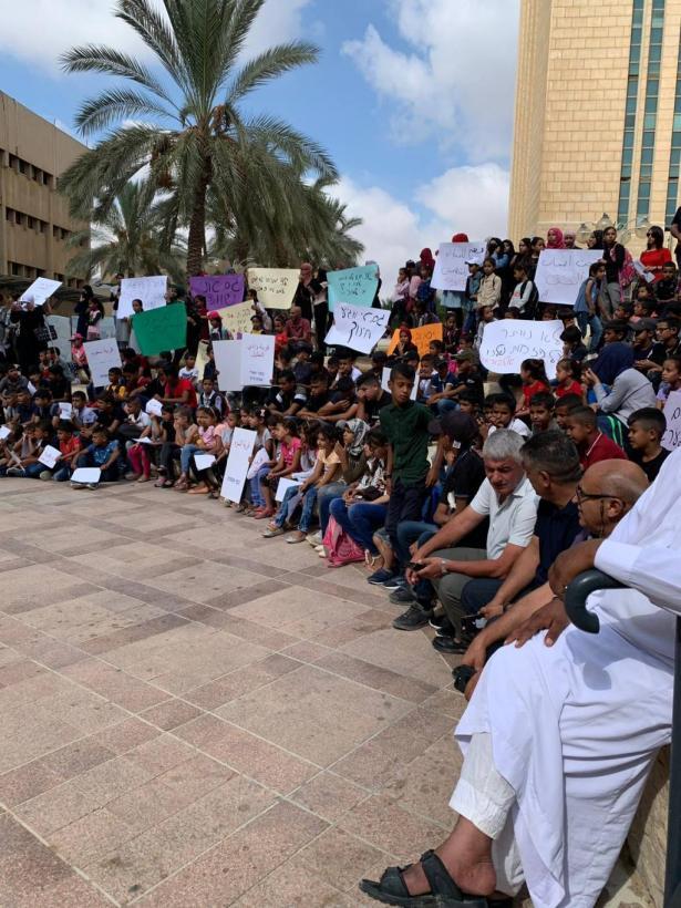 طلاب القرى غير المعترف بها يتظاهرون لعدم عودتهم الى مدارسهم، عقيل الزيادنة يتحدث للشمس