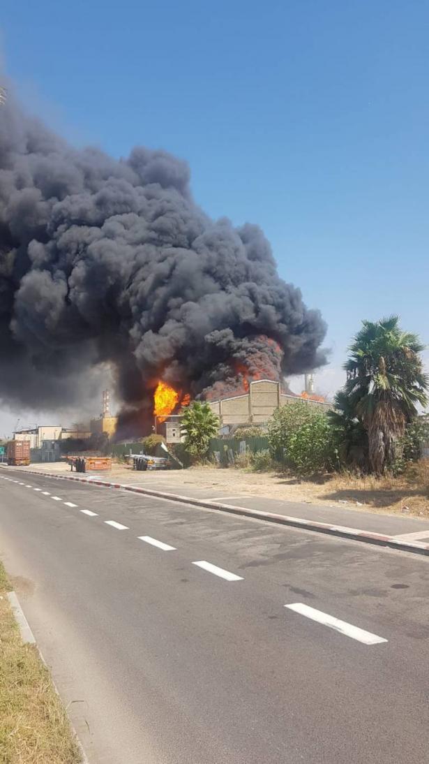 شاهد: حريق كبير في مخزن للزيوت في المدخل الشمالي لميناء حيفا