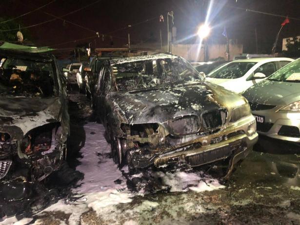 الطيبة: حريق هائل يلتهم عشرات السيارات في معرض للسيارات