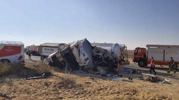 حادث طرق مروع بين شاحنتين على شارع 25 في الجنوب واصابات خطرة