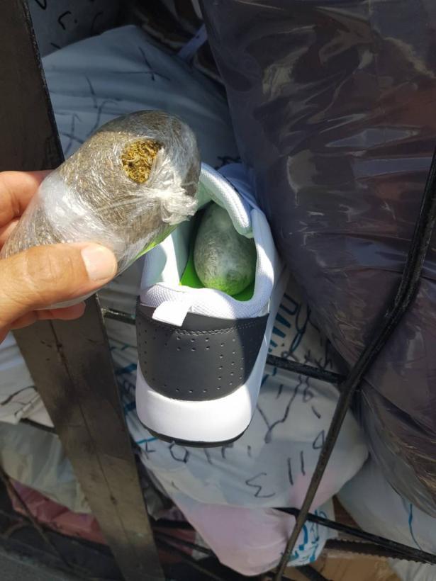 شاهد: ضبط مخدرات داخل أحذية على معبر كرم ابو سالم واعتقال السائق من رهط