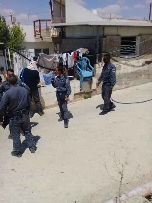 اللقية: مداهمة ضواحي اللقية وإلصاق إنذارات هدم وإخلاء على مباني عائلة ابو مطير