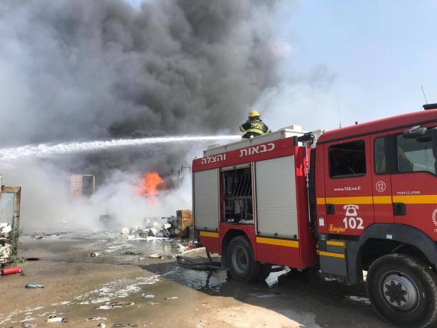 15 طاقم اطفاء وانقاذ يعملون على اخماد حريق كبير في مخزن بلاستك بكفرقاسم