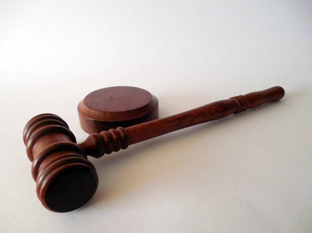 لائحة اتهام ضد شاب من طمرة (18 عامًا) بالسطو على بقالة وسرقة أكثر من 40 ألف شيكل