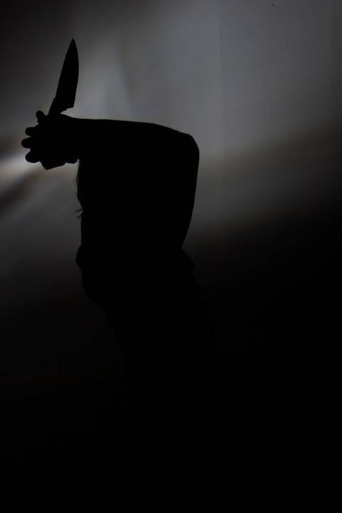 فلسطيني يهرب من الشرطة لساحة منزل في كفار سابا فاستُقبِل طعنًا بالسكين