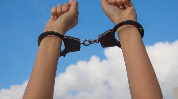 اللد: العثور على طفلة مقيّدة بالحمّام وغير مسجّلة في السجلّ المدني واعتقال والديها