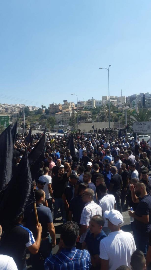 ام الفحم- اغلاق الشارع الرئيس خلال تظاهرة رفضًا للعنف والجريمة