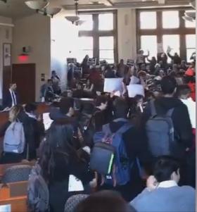 شاهد: هكذا احتج طلاب جامعة هارفارد امام السفير الإسرائيلي