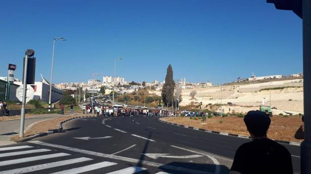 تظاهرة الناصرة رفضًا للعنف وإغلاق مفرق البيج