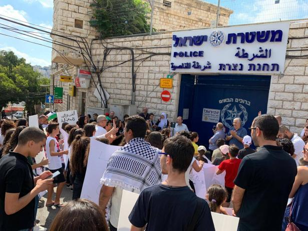 شاهد: تظاهرة أطفال وأهالي الناصرة امام مركز الشرطة ضد العنف والجريمة