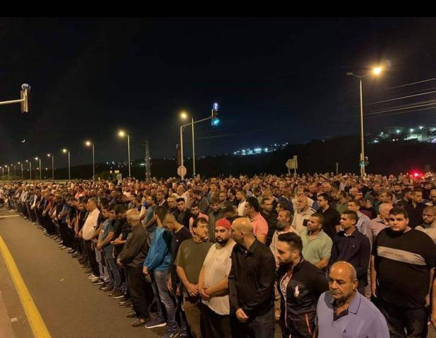 كفر قرع: المئات يغلقون شارع وادي عارة احتجاجا على استفحال العنف وتقاعس الشرطة