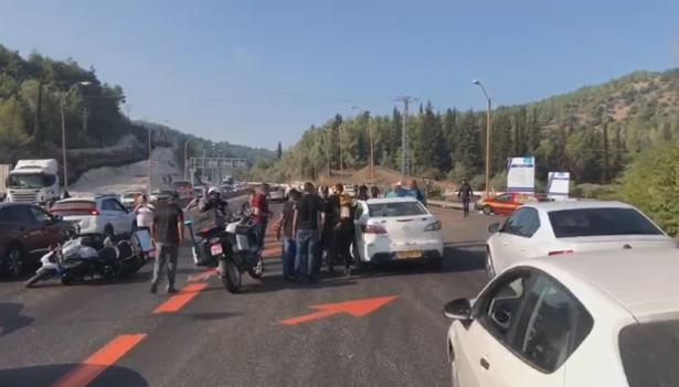 شرطة السير تعيق القافلة المتوجهه الى القدس قرب يوكنعام  ومشادات مع المشاركين