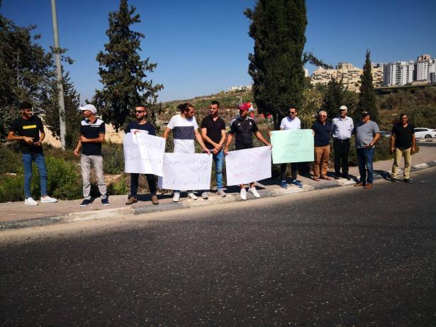 وقفة احتجاجية على دوار الرينة رفضًا للعنف والجريمة