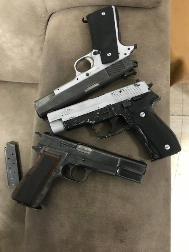 جلجولية: اعتقال فتى (16 عامًا) بشبهة حيازة كلاشينكوف و 3 مسدسات