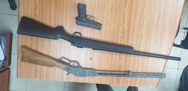 قلنسوة: حملة اعتقالات بشبهة حيازة السلاح وأدوات قتالية، وضبط مخدرات