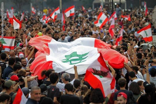 الجيش اللبناني يعلن تضامنه مع المتظاهرين والسفارة السعودية تدعو رعاياها بمغادرة لبنان