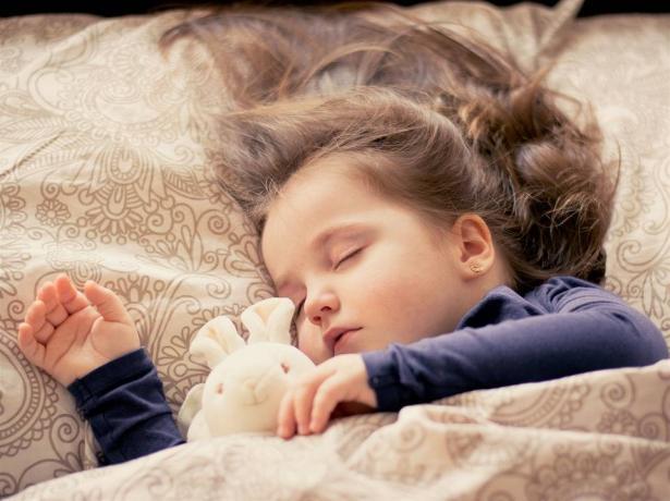 ما هو تأثير تغيير التوقيت على الساعة البيولوجية للجسم وكيف يؤثر على نوم اطفالنا؟