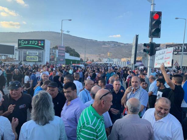 عشرات الآلاف يشاركون في المسيرة الحاشدة تنديدًا باستفحال العنف