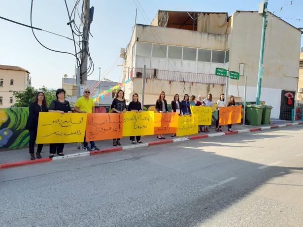 وقفة احتجاجية في طرعان ضد أعمال العنف والأحداث الأخيرة التي عصفت بالقرية