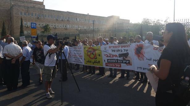 أكثر من ألف سيارة تشارك في القافله الاحتجاجيه على العنف والجريمه، واختتام المظاهرة امام وزارة الداخلية