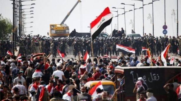 انسحاب المحتجين العراقيين من محيط السفارة الاميركية في العاصمة بغداد