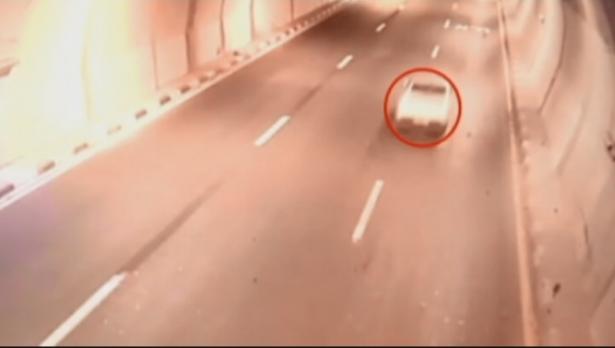 شاهد: اتصال هاتفي مع الشرطة ينقذ سائقًا من خطر حادث مروّع بعد فقدانه السيطرة عليها