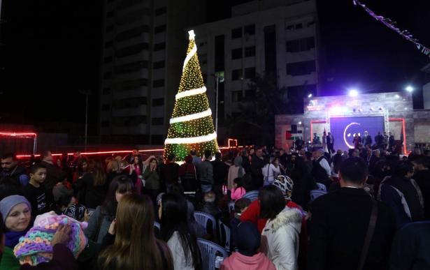 شاهد بالصور: اجواء رائعة في غزة خلال اضاءة شجرة الميلاد